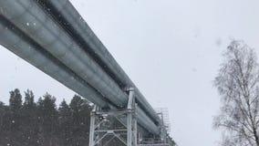 4K τεράστιος αγωγός υγραερίου που τοποθετούνται κατά μήκος της χιονώδους οδού στη Ρήγα, Λετονία απόθεμα βίντεο