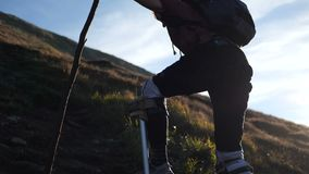 4k - Το αρχείο του ατόμου της Ουκρανίας στα ξυλοπόδαρα δοκιμάζει την ανάβαση στο υψηλότερο βουνό φιλμ μικρού μήκους