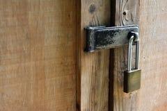 Kłódka na drewnianym drzwi Obrazy Royalty Free