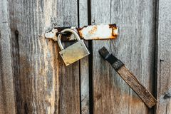 Kłódka na drzwiach stara zaniechana stajnia obraz stock