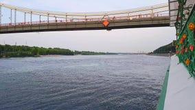 4K Łódź żegluje pod szerokim mostem przez Zaporoską rzekę w Kijów zbiory