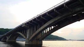 4K Łódź żegluje pod szerokim mostem przez Zaporoską rzekę w Kijów zbiory wideo