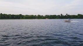 4K Łódź żegluje szybko wzdłuż szerokiego rzecznego Dnepr w Kijów zbiory wideo