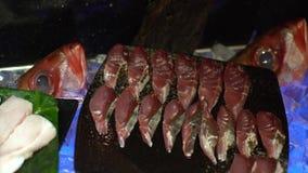 4K, świeży surowy owoce morza w bufet linii przy Tajwan Ryby i tuńczyka sashimi na lodzie zdjęcie wideo