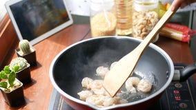 4K żeńska ręka stawia garneli w niecce i fertanie, przygotowywa składniki dla gotować podąża kulinarny zadowolony styl życia poję zbiory