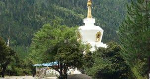 4k άνθρωποι του Θιβέτ που περπατούν γύρω από το βουδιστικό άσπρο stupa στο χωριό φιλμ μικρού μήκους