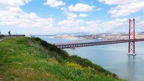 4K άποψη της γέφυρας 25 de Abril (Απρίλιος) στη Λισσαβώνα - την Πορτογαλία UHD απόθεμα βίντεο
