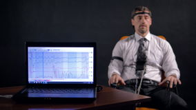 4K Άτομο που συνδέεται με το κύκλωμα ανιχνευτών ψέματος απόθεμα βίντεο