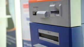 4K άτομο που χρησιμοποιεί την πιστωτική κάρτα του στο ATM για τη ανάληψη μετρητών φιλμ μικρού μήκους