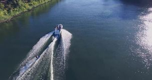 4K άτομο σε ένα σκι νερού απόθεμα βίντεο