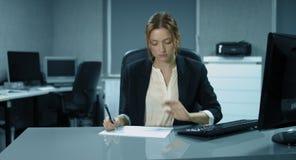 4K: Ένας νέος ελεγκτής εργάζεται σε ένα γραφείο απόθεμα βίντεο