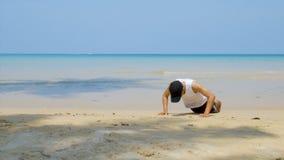 4K αθλητικό άτομο workout από την ώθηση επάνω στην αμμώδη παραλία, μέρος της διαγώνιας ικανότητάς του workout απόθεμα βίντεο