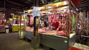 4K, ακατέργαστη ένωση κρέατος χοίρων στην πώληση γάντζων στην αγορά Παραδοσιακά ταϊβανικά τρόφιμα απόθεμα βίντεο
