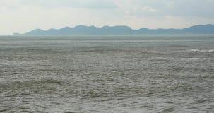 4k λαμπιρίζοντας ωκεάνιο θαλάσσιου νερού σύννεφο ακτών βράχου κυμάτων surface&coastal cloudscape απόθεμα βίντεο