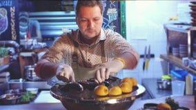 4k αρχιμάγειρας μήκους σε πόδηα στο εστιατόριο που προετοιμάζει τα συστατικά για το μαγείρεμα της πέστροφας απόθεμα βίντεο