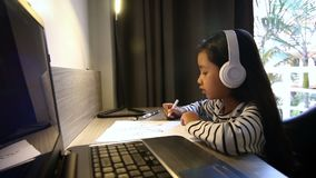 4K ασιατικό μικρό κορίτσι που επισύρει την προσοχή στον πίνακα και το επικεφαλής τηλέφωνο ακούσματος που πυροβολούνται από τον ευ απόθεμα βίντεο