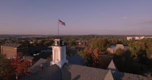 4K αστέρια και λωρίδες αμερικανικών σημαιών που επιπλέουν μπροστά από τη - ορίζοντας της Φιλαδέλφειας - Πενσυλβανία - ΗΠΑ 4k απόθεμα βίντεο