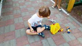 4k βίντεο 3 μικρών παιδιών ετών παιχνιδιού αγοριών στην παιδική χαρά με τα αυτοκίνητα και το αεροπλάνο παιχνιδιών απόθεμα βίντεο