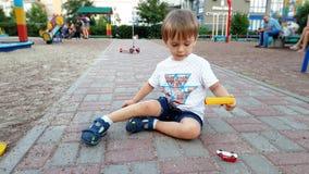 4k βίντεο 3 μικρών παιδιών ετών παιχνιδιού αγοριών στην παιδική χαρά με τα αυτοκίνητα και το αεροπλάνο παιχνιδιών φιλμ μικρού μήκους