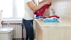 4k βίντεο της όμορφης νέας γυναίκας που κάνει τα οικιακά στο πλυντήριο φιλμ μικρού μήκους