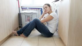 4k βίντεο του νέου συναισθήματος νοικοκυρών που εξαντλείται και που τονίζεται μετά από να κάνει τα οικιακά απόθεμα βίντεο