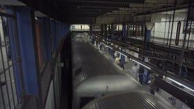 4k βίντεο του υπόγειου τρένου που φθάνει σε έναν σταθμό στη Νέα Υόρκη απόθεμα βίντεο