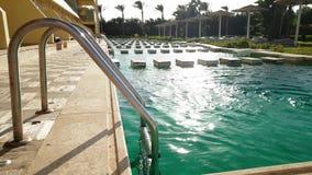 4k βίντεο των σκαλοπατιών μετάλλων που οδηγούν στην υπαίθρια πισίνα φιλμ μικρού μήκους