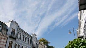 4K βίντεο Timelapse του παλαιού ιστορικού κτηρίου στο κέντρο της πόλης και των σύννεφων, που τρέχει ανωτέρω φιλμ μικρού μήκους
