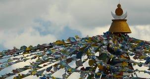 4k βουδιστικό άσπρο stupa & πετώντας σημαίες προσευχής στο shangrila yunnan, Κίνα απόθεμα βίντεο