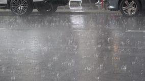 4K Βροχή στην άσφαλτο Βρέχει βαριά στην οδό Κυκλοφορία αυτοκινήτων φιλμ μικρού μήκους