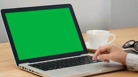 4K γυναίκα κινηματογραφήσεων σε πρώτο πλάνο που εργάζεται με το lap-top σημειωματάριων, που χρησιμοποιεί το δάχτυλο με το πληκτρο απόθεμα βίντεο