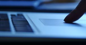 4k λειτουργούν μαξιλάρι αφής δάχτυλων, κινηματογράφηση σε πρώτο πλάνο εισαγωγής πληκτρολογίων lap-top σημειωματάριων υπολογιστών φιλμ μικρού μήκους