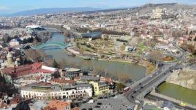 4k εναέρια άποψη εικονικής παράστασης πόλης ενός αρχαίου κέντρου πόλεων Tbilisi σε ένα φως ημέρας φιλμ μικρού μήκους