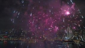 4k εναέρια άποψη σχετικά με να λάμψει τη ζωηρόχρωμη ελαφριά φωτεινή έκρηξη πυροτεχνημάτων που εκρήγνυται υπέροχα στο νυχτερινό ου απόθεμα βίντεο