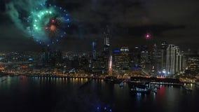 4k εναέρια άποψη σχετικά με την καταπληκτική ζωηρόχρωμη ελαφριά φωτεινή έκρηξη πυροτεχνημάτων που εκρήγνυται υπέροχα στο νυχτεριν απόθεμα βίντεο