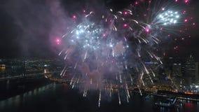4k εναέρια άποψη σχετικά με τη λαμπρή ζωηρόχρωμη ελαφριά φωτεινή έκρηξη πυροτεχνημάτων που εκρήγνυται υπέροχα στο νυχτερινό ουραν απόθεμα βίντεο