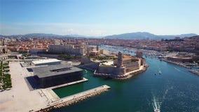 4K εναέρια άποψη της αποβάθρας της Μασσαλίας - λιμένας Vieux, κάστρο Αγίου Jean, και μουσείο στο νότο της Γαλλίας απόθεμα βίντεο