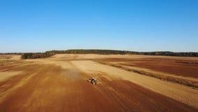4K Εναέρια άποψη της διαδικασίας γεωργίας: τα τρακτέρ είναι άροτρα και κάνουν τη σπορά, σπέρνοντας τις γεωργικές συγκομιδές στον  απόθεμα βίντεο