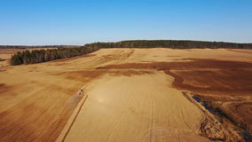 4K Εναέρια άποψη της διαδικασίας γεωργίας: τα τρακτέρ είναι άροτρα και κάνουν τη σπορά, σπέρνοντας τις γεωργικές συγκομιδές στον  φιλμ μικρού μήκους