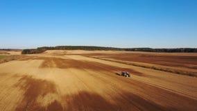 4K Εναέρια άποψη της διαδικασίας γεωργίας: το τρακτέρ οργώνει και κάνει τη σπορά, σπέρνοντας τις γεωργικές συγκομιδές στον τομέα φιλμ μικρού μήκους