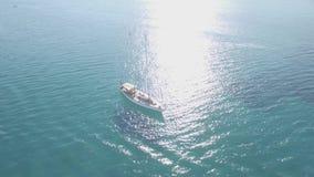 4K εναέρια άποψη UHD μιας πρόσδεσης βαρκών στον κόλπο του Keri στο νησί της Ζάκυνθου Zante, στην Ελλάδα - κούτσουρο απόθεμα βίντεο