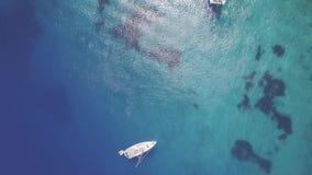 4K εναέρια άποψη UHD των βαρκών που δένουν στις μπλε σπηλιές του Άγιου Νικολάου στο νησί της Ζάκυνθου Zante, στην Ελλάδα - κούτσο απόθεμα βίντεο