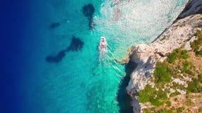 4K εναέρια άποψη UHD των μπλε σπηλιών του Άγιου Νικολάου στο νησί της Ζάκυνθου Zante, στην Ελλάδα φιλμ μικρού μήκους