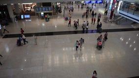 4K εναέριοι ταξιδιώτες άποψης στην αίθουσα άφιξης του διεθνούς αερολιμένα Χονγκ Κονγκ απόθεμα βίντεο