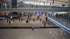 4K εναέριοι ταξιδιώτες άποψης στην αίθουσα άφιξης του διεθνούς αερολιμένα Χονγκ Κονγκ φιλμ μικρού μήκους