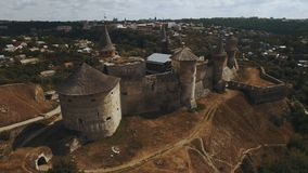 4K εναέριος πυροβολισμός του παλαιού κάστρου όψη της πόλης Ουκρανίας podilskyi κάστρων kamianets παλαιά Καρπάθια εκκλησία mts μικ απόθεμα βίντεο