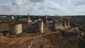 4K εναέριος πυροβολισμός του παλαιού κάστρου όψη της πόλης Ουκρανίας podilskyi κάστρων kamianets παλαιά Καρπάθια εκκλησία mts μικ φιλμ μικρού μήκους