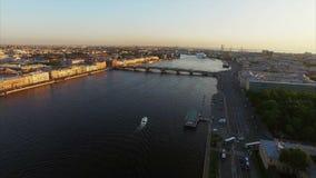 4k εναέριος πυροβολισμός της Άγιος-Πετρούπολης με την άποψη σχετικά με τον ποταμό Neva και τη γέφυρα απόθεμα βίντεο