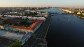4k εναέριος πυροβολισμός της Άγιος-Πετρούπολης με την άποψη σχετικά με τον ποταμό Neva, τη γέφυρα παλατιών, το ερημητήριο και Pet απόθεμα βίντεο