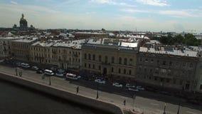 4k εναέριος πυροβολισμός του γαμήλιου Άγιος-Πετρούπολη παλατιού στο αγγλικό ανάχωμα φιλμ μικρού μήκους